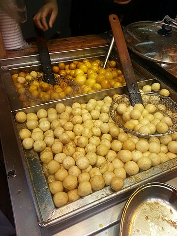 "Fishballs are the quintessential street food snack in Hong Kong, ""Asia's World City"" (photo: Wing11803 @ Wikimedia Commons, CC-BY-SA 4.0)"